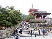 Tangga masuk menuju Kuil yang mulai dipadati pengunjung.