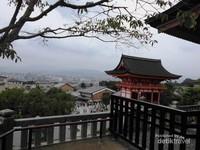 Pemandangan kota Kyoto dari puncak kawasan Kuil Kiyomizudera.