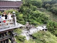 Di sisi lain tampak para pengunjung juga mengabadikan momen lawatannya ke Kuil Kiyomizudera.