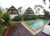Penginapan lumbung dengan kolam renang sharing.