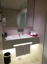 Kamar mandi yang cukup luas dan amenities yang lengkap