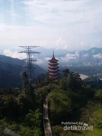 Pagoda Chin Swee yang terletal di antara Awana Skyway Station dan Sky Avenue Station
