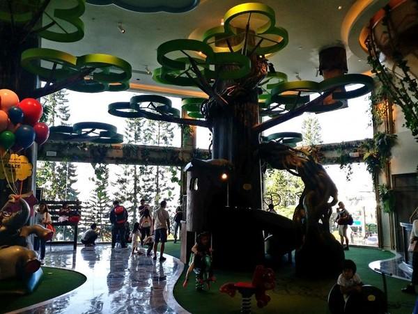 Interior lobi Theme Park Hotel yang nyaman untuk anak-anak
