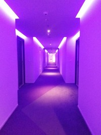 Lorong hotel dengan lampu yang berwarna-warni