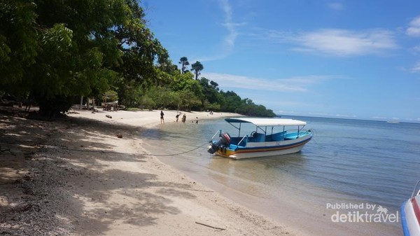 Pantai Bama yang landai dengan pasirnya yang putih