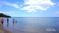 Air Pantai Bama yang jernih dan biru membuat pengunjung senang bermain air