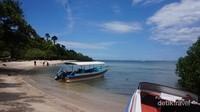 Perpaduan laut biru dan langit biru di Pantai Bama