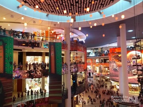 Mal ini menawarkan berbagai pilihan tempat makan, toko dan hiburan.