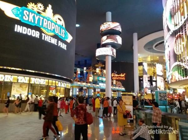 Disini terdapat Skytropolis, indoor theme park untuk keluarga.