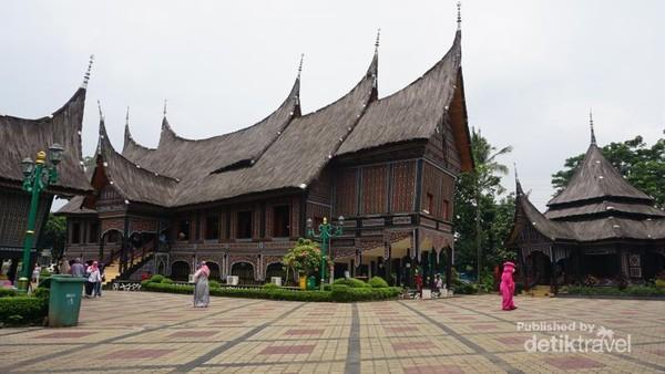 Anjungan Sumatera Barat di TMII yang dikenal sebagai rumah gadang