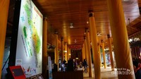 Bentuk ruangan didalam anjungan ini memiliki banyak pilar dengan banyak hiasan