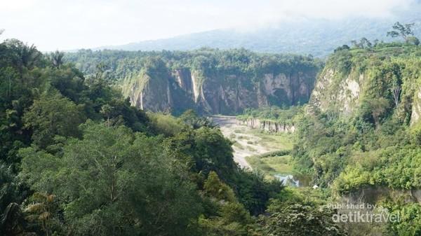 Lembah Ngarai Sianok, Bukittinggi dengan tebingnya yang terjal