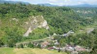 Tebing Ngarai Sianok, Bukittinggi yang berdiri tegak di belakang perumahan penduduk