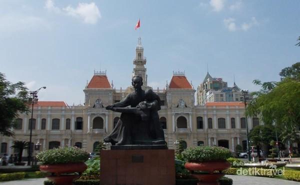 Potret Saigon City Hall lengkap dengan Patung tokoh ternama dalam sejarah Viet Nam, Ho Chi Minh.