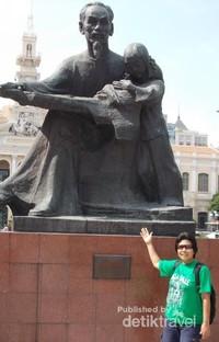 Berfoto di depan Patung Ho Chi Minh, atau akrab dengan sapaan Uncle Ho.