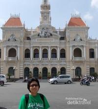 Berfoto lebih dekat Bangunan Balai Kota Saigon.