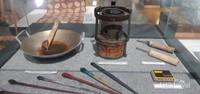 Peralatan membatik yang terdiri dari canting, wajan, kompor dan kuas.