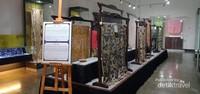 Ruang koleksi Barik dari luar negara dan daerah-daerah terkenal di Indonesia.