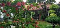 Taman hijau di halaman dalam musium batik yang cantik dan terawat.