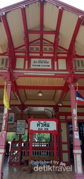 Pintu depan Stasiun Hua Hin.