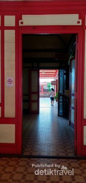 Bersihnya lorong menuju toilet stasiun.