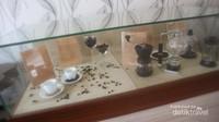 Aneka jenis biji kopi dan alat pembuat kopi di museum ini