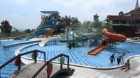 Ada juga kolam renang dengan fasilitas yang cukup lengkap