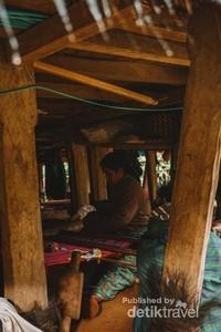 Mama sedang menenun