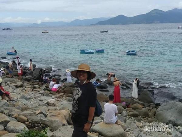 Ingin segera berfoto ketika menemukan spot yang tepat di pulau ini.