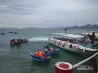 Perahu-perahu bundar disediakan untuk pengunjung yang ingin menikmati laut dengan sensasi lain.