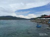 Pemandangan pulau di seberang  menambah keindahan pantai.
