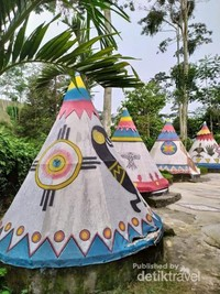 Warna-warni tenda-tenda Kampung indian.