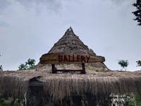 Rumah adat Suku Indian sekaligus jadi gerai yang menjual suvenir Kampung Indian.