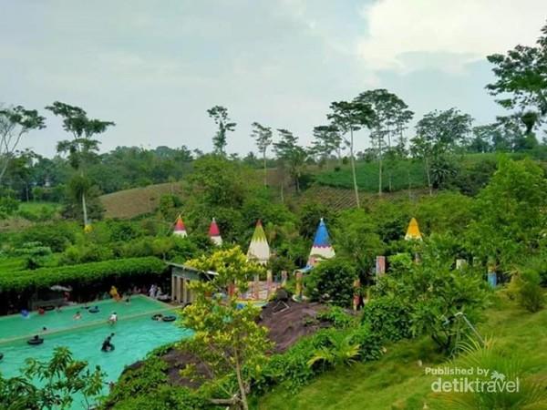 Pemandangan dari rumah kayu Kampung Indian yang berada di puncak bukit
