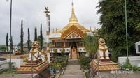 Vihara Dhammadipa Arama, bangunan berwaran putih dan emas ini merupakan replika Pagoda Patirupaka Shwedagon di Myanmar