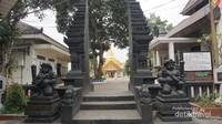 Di bagian depan vihara terdapat gapura yang mengandung unsur budaya Jawa
