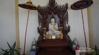 Didalam bangunan utama terdapat 7 patung Budha dengan tulisan nama hari. Ibadah dilakukan sesuai nama hari di patung.