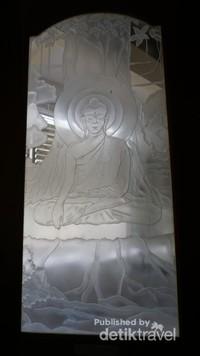 Disekeliling bangunan terdapat jendela kaca patri yang berisi kisah perjalanan Budha