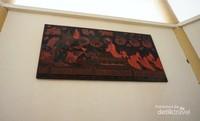 Disisi lain juga terdapat beberapa lukisan yang berisi cerita dan ajaran Budha