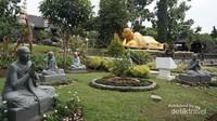 Di taman terdapat Patung Budha tidur yang dikelilingi oleh 5 muridnya. Patung ini sebenarnya Budha sedang melakukan meditasi dengan posisi berbaring.