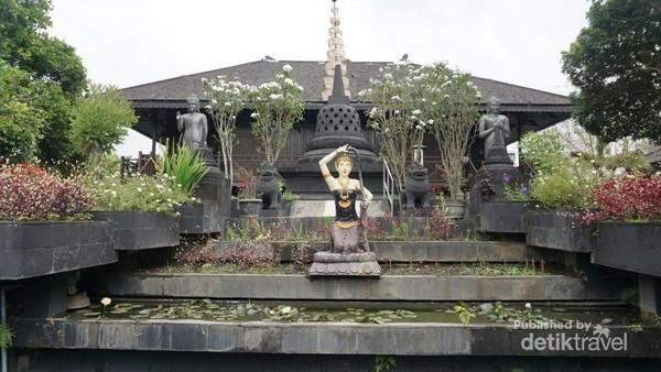 Vihara yang terletak di jalan utama Malang-Batu ini bisa dikunjungi oleh siapapun tanpa dipungut biaya. Selain itu selama kunjungan akan didampingi oleh bikhu muda yang memberi penjelasan.