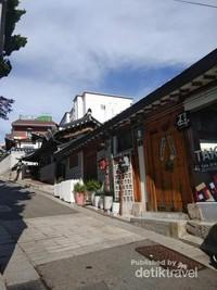 Kampung ini sangat bersih dengan nuansa tradisional.