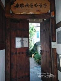 Pintu salah satu rumah tradisional di Bukchon Hanok Village.