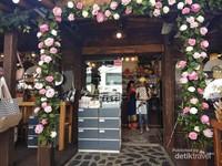 Sebuah kedai Ice Cream yang ada dikawasan Bukchon dengan hiasan bunga yang cantik.