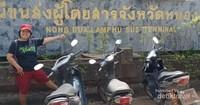 Tugu Terminal Bus Nong Bua Lamphu yang tampak sudah lama tidak diperbaiki.