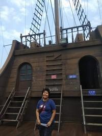 Berfoto narsis di deck depan kapal sebelum meninggalkan Muzium Samudera