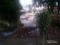 Tampak Andong di sekitar alun-alun yang siap mengantarkan pengunjung keliling sekitar Jam Gadang,
