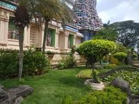 Taman cantik yang ditata indah di halaman sisi kanan kuil.