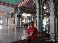 Kita harus melepaskan alas kaki dan berkain panjang untuk memasuki kuil, untuk pengunjung yang menggunakan pakaian pendek, disediakan kain di kuil ini.