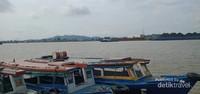 Perahu-perahu masih bersandar di dermaga sungai Mahakam.